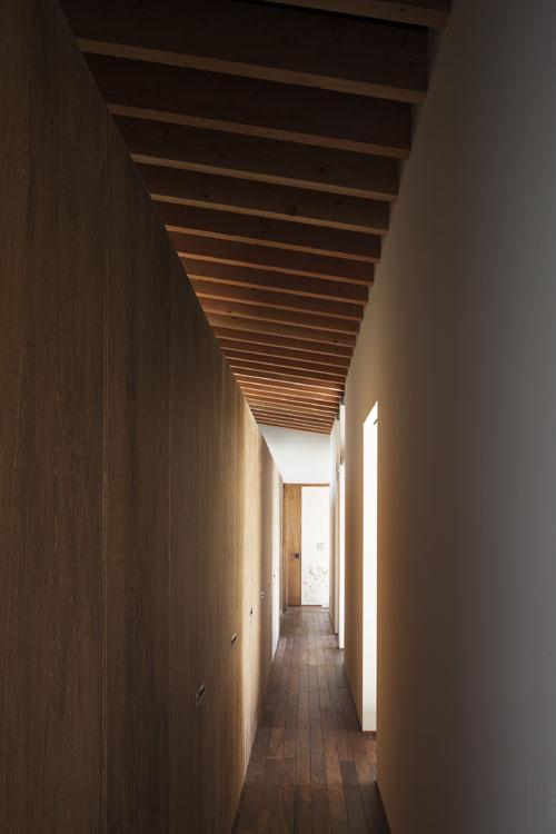 廊下を活かしたファミリークローゼット @土間の広がる家 その11
