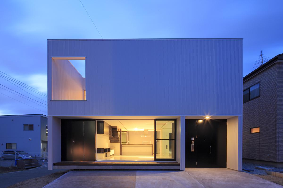 角の浮いた白い家