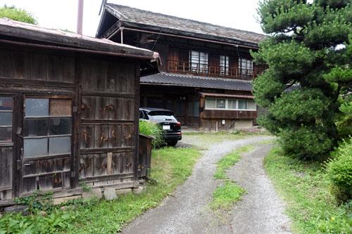鉄平石葺き屋根の民家