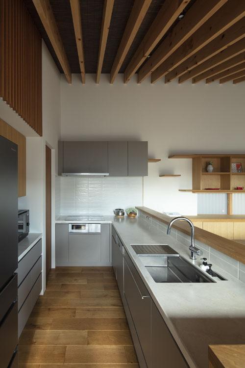 キッチンから洗面脱衣室へ 紡|紀州のセミコートハウス その14