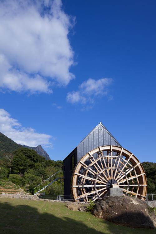 カラクリ水車の小屋 その1 モッチョム岳を望む水車小屋
